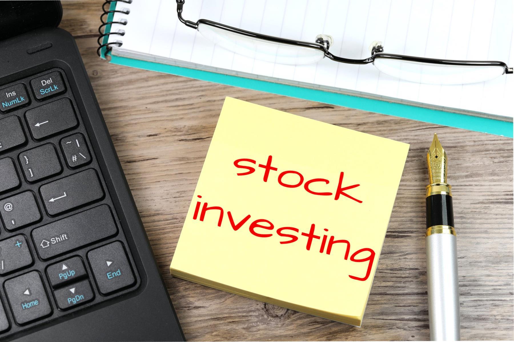 Er zijn behoorlijk veel spelers op de markt die zich druk maken om de koers van veel aandelen, maar waarom is dat eigenlijk?